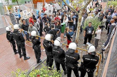 Policias custodiando un desahucio en San Vicente del Raspeig. | Ernesto Caparrós