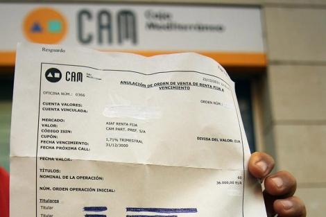 El afectado muestra el documento con la fecha del 31-12-3000 de vencimiento. | ELMUNDO.es