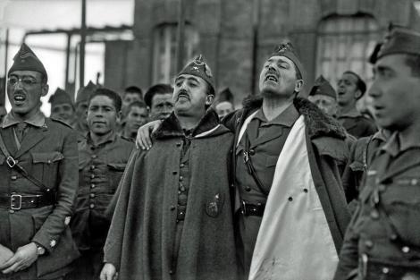 Franco junto al también gallego Millán Astray entonando cánticos de la Legión.   B. Ros