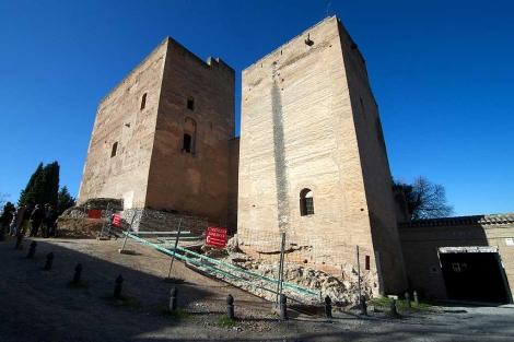 El conjunto de las Torres Bermejas, con la excavación a sus pies. | Jesús G. Hinchado