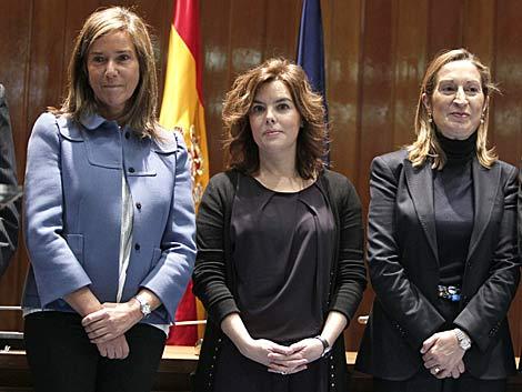 La ministra de Sanidad, junto a la vicepresidenta del Gobierno y la ministra de Fomento. | Efe