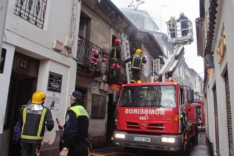 Los bomberos de Lugo mantendrán la vigilancia de los inmuebles durante todo el lunes. | Efe