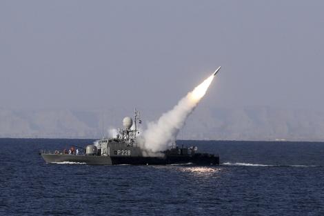 Un misil de alcance intermedio, lanzado desde un buque iraní.   Reuters