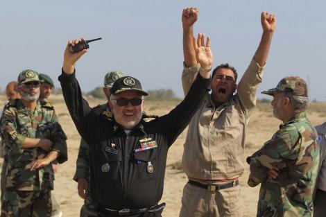 Miembros de la armada iraní celebran el éxito del lanzamiento de un misil.   Ap