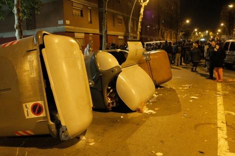 Contenedores volcados tras conocerse la muerte de uno de los vecinos.   Jordi Soteras