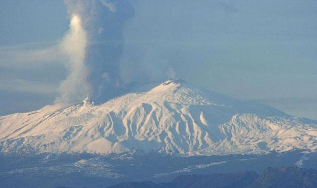 Una columna de cenizas sale del volcán italiano.   Efe
