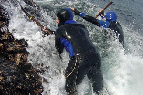 Percebeiros en plena faena en la costa de Baiona. | Cofradía 'La Anunciada'