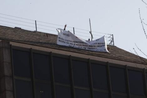 Pancarta en lo alto del edificio del encierro. | Quique García