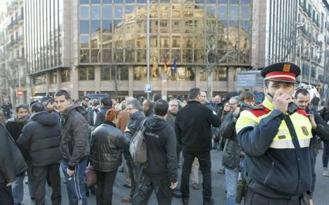 Un Mosso vigila la concentración de funcionarios. | Efe