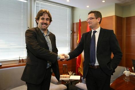 Urizar y Basagoiti se saludan al comienzo de la reunión en la sede del PP en Bilbao. | Mitxi
