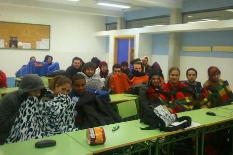Alumnos tapados con mantas en el interior del IES. | Compromís