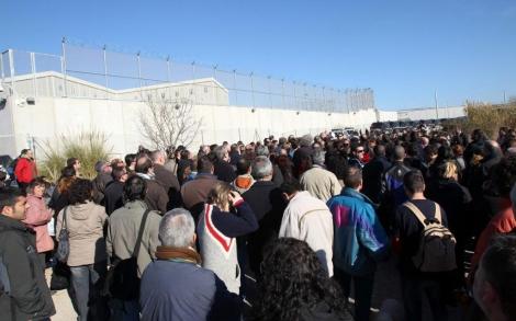 Funcionarios de prisiones bloquean la entrada a Quatre Camins, el viernes. | Efe