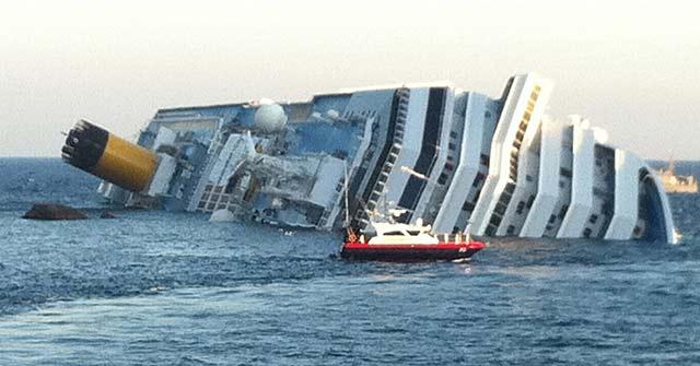 El crucero Costa Concordia, hundido en aguas de la región de Toscana. | Efe