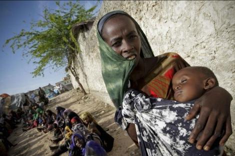 Una somalí cuida de su hijo, que presenta desnutrición severa, en Mogadiscio. | Stuart Price