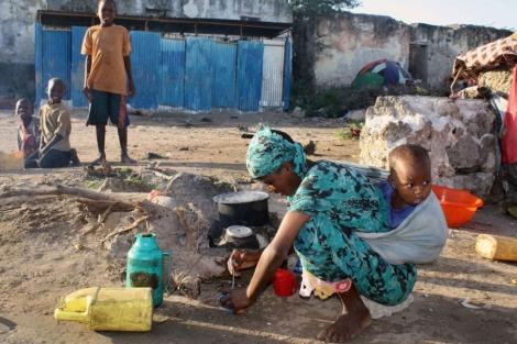 Una mujer prepara leche para su hijo en Mogadiscio.  Afp