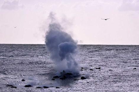 Nuevos restos de lava salen a la superficie, en el Mar de la Calma, de El Hierro, este jueves. | Efe