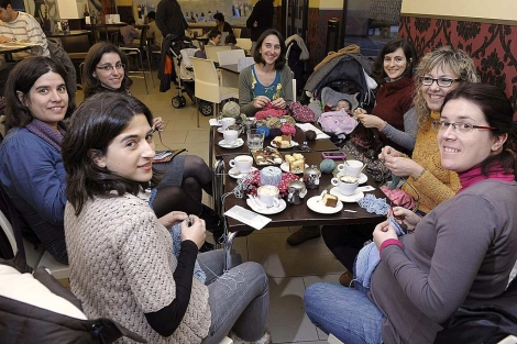 Una grupo de vallisoletanas se re�nen en cafeter�as para hacer ganchillo. | Efe