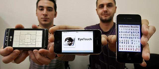 Los autores de Eyes Touch presentando tres teléfonos