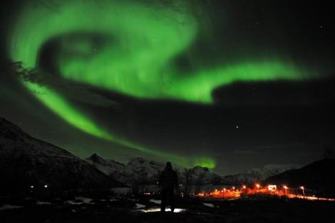 Un hombre observa una aurora boreal en Tromso (Noruega) el 24 de enero. | Efe