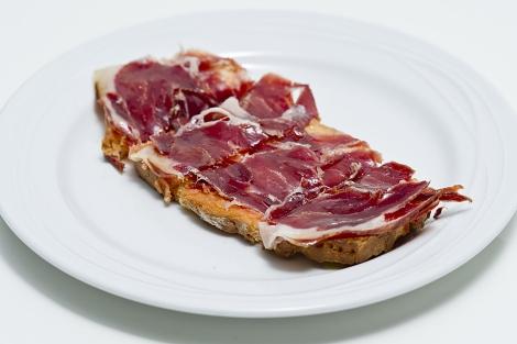 Tostada de pan con jamón y aceite de oliva. | Gonzalo Arroyo