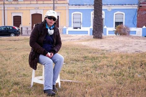 Elvira Roda ante su casa en la playa, afectada por un incendio | B. Pajares