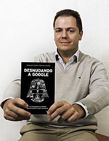 Alejandro Suárez con su libro.