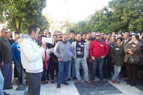 Lectura de un manifiesto durante la protesta de los parados en Almonte. | J.Y.