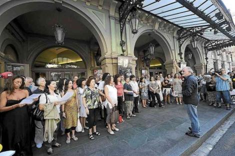 Protesta de trabajadores en la puerta del Liceu. | Antonio Moreno