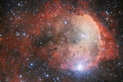 Región de la NG 3324, en la que se ve un rostro de perfil. |ESO