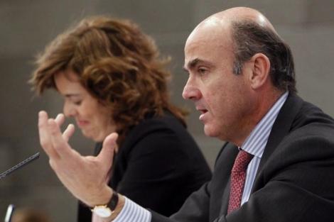 El ministro Luis de Guindos y la vicepresidenta Soraya Sáenz de Santamaría. | Efe