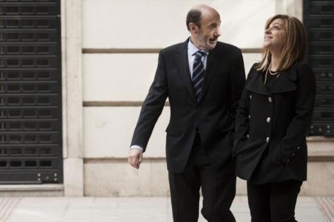 Rubalcaba, líder del PSOE, y Valenciano, su número dos, en las inmediaciones de Ferraz.
