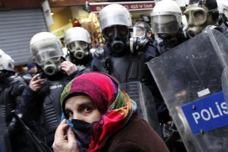 Una manifestante kurda, arrinconada por las fuerzas policiales en Estambul. | Reuters