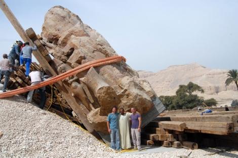 El gigante de 250 toneladas, en la última fase de su alzado. | Miguel Ángel López