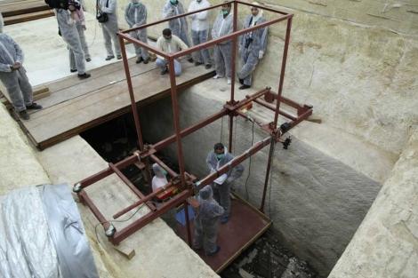 Trabajos de restauración de las tablas de la segunda barca solar de Keops. | Francisco Carrión