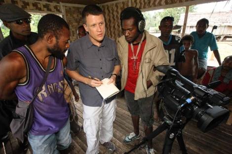 El lingüista David Harrison, en el centro, tomando notas, entrevista a John Agid (izda.) para documentar el matukar panau, una lengua de Papúa Nueva Guinea. / CHRIS RAINIER