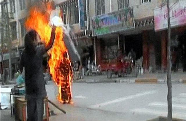 Una monja se quema a lo bonzo en una calle de Tawu.