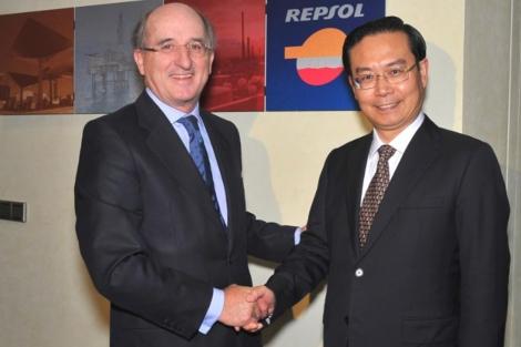Reunión de los presidentes de Repsol, Antonio Brufau, y el de Sinopec, Su Shulin. |