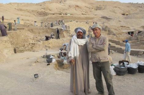 Alí Farouk, el capataz, junto a José Manuel Galán. Al fondo, la excavación. | Rosa M. Tristán