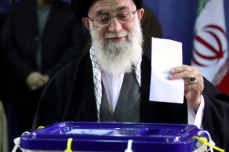 El ayatol Jamenei, en el momento en que deposita su voto. | Efe