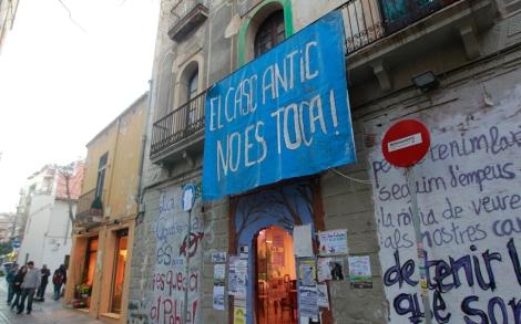 Pancartas reivindicativas en el casco antiguo. | Jordi Soteras