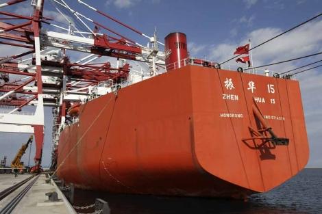 El barco que ha transportado las cuatro grúas hasta Barcelona. | Antonio Moreno