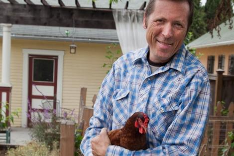 Erik Knutzen, con sus gallinas en su casa de Silver Lake. | Isaac Hernández