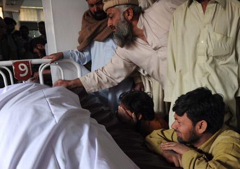 Familiares de uno de los fallecidos en el atentado suicida en Pakistán.| Afp/A. Majeed