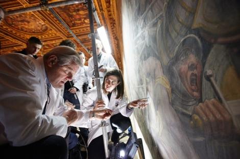 Investigadores observan con una sonda qué hay tras el fresco de Vasari.| AFP/N. Geographic