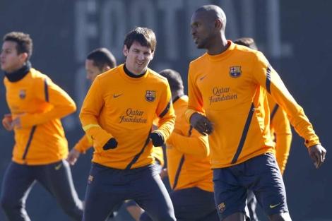 Abidal, junto a Messi, en un entrenamiento azulgrana. | Efe