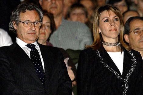 Ignacio López del Hierro, junto a su esposa, María Dolores de Cospedal. | EL MUNDO
