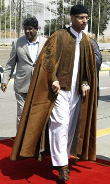 Saif al-Islam (dcha.), hijo de gadafi, con el entonces directorde inteligencia militar, Al Senusi. | Efe