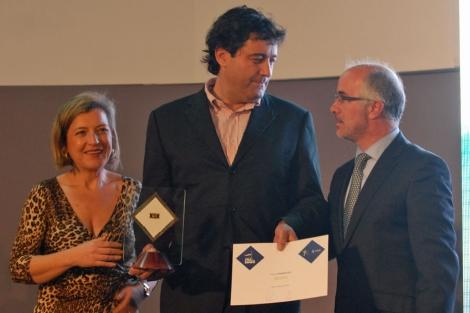 Javier Carrera, entre Teresa Pedrosa y J.J. Durán, en una entrega de premios de la Diputación de Pontevedra por su patrocinio al Celta, (2011). | celtabaloncesto.com