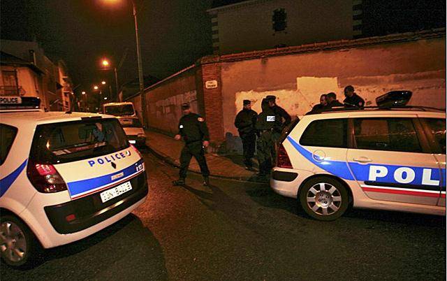 Operativo de la policía para atrapar al asesino. | Reuters