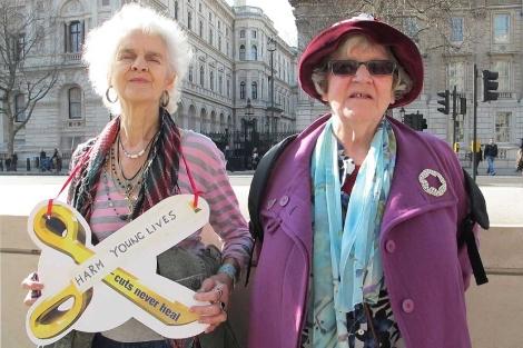 Geraldine Cowan y Julie Etter frente a la residencia del primer ministro británico. | Foto: C.F.